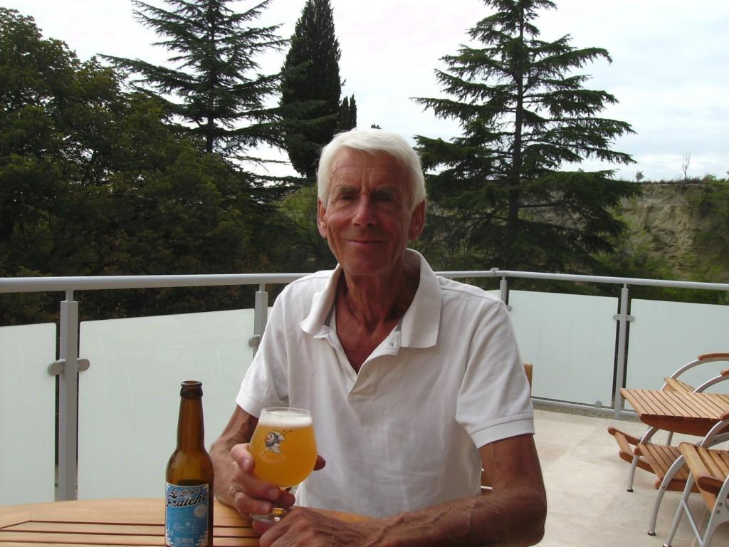 Le prestigieux Richard Neville dégustant la bière sud de France blanche artisanale La Gorge Fraîche