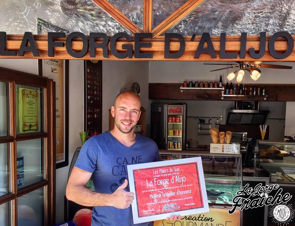 Clément Renaudot et la Forge d'Alijo décorés par la brigade d'honneur de la bière La Gorge Fraîche