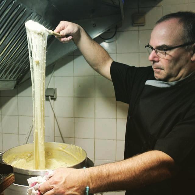 La Gorge Fraîche au Bouchon d'Orb. Jean Pierre Albrespy tournant vaillamment l'aligot en cuisine © LE BOUCHON D'ORB